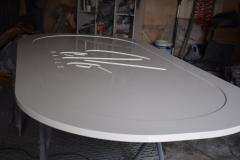 Frezowanie w drewnie elementów meblarskich. Blat stołu. Stan po malowaniu