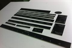 Tabliczki opisowe do kokpitu maszyny ciężkiej. Frezowanie/grawerowanie w laminacie grawerskim