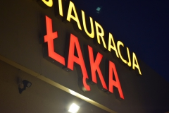 Logotyp 3D LED z taśmy ALURAPID montaż na otoku budynku