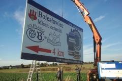 Montaż tablicy reklamowej ZC w Bolesławcu z wykorzystaniem sprzętu ciężkiego