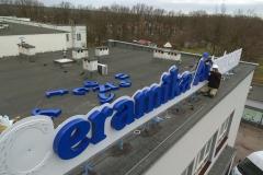 Montaż reklamy świetlnej na dachu obiektu Cerramiki Artystycznej