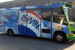 Reklama na autobusie komunikacji miejskiej na rzecz Biura Nieruchomosci REMAX