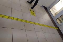 Linie dystansujące z folii podłogowej z laminatek antypoślizgowym
