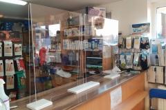 Osłona z plexi na ladę do sklepu medycznego