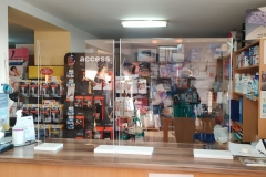 Osłona / Ekran zabezpieczająca z plexiglas 4 mm zaginanego termicznie do sklepu medycznego