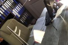 Osłona z plexi na biurko do agencji uzezpieczeniowej