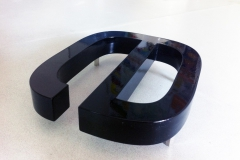 Detal - litera 3D LED z PCV 19 mm malowana natryskowo. Podświetlenie od spodu efekt HALO