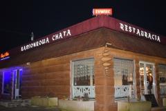 Otok reklamowy w formie ciągu kasetonów podświetlanych z dibondu zaginanego. restauracja Kamionkowa Chata w Kruszynie