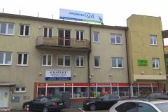 Baner na stalowej konstrukcji napinającej na dachu budynku w Promedica24 w Płocku
