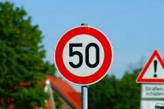 Znak drogowy ograniczenie prędkości do 50