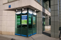 Kompleksowe wyklejanie witryny siedziby biura oddziału firmy Promedica24 w Warszawie